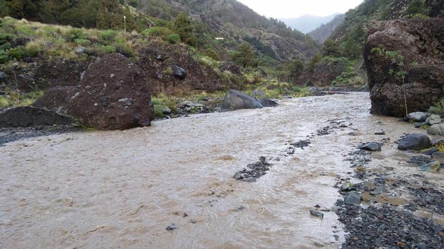 Las lluvias de la borrasca del pasado viernes y sábado hicieron correr el barranco de Las Angustias, en la comarca oeste de la Isla. Foto: Facebook Jorge González.