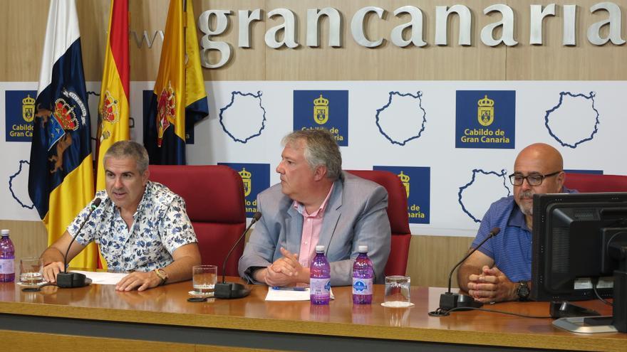El director del documental, Juan José Monzón; el consejero de Cultura Carlos Ruiz y el portavoz del Foro Canario de Víctimas del Franquismo Paco González.