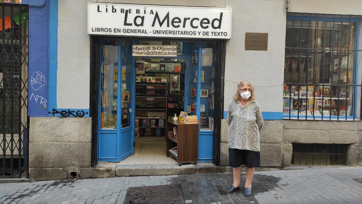 La Merced es una de las tres únicas librerías que permanecen abiertas en la calle Libreros. En la imagen, Elena Córcoles posa delante del negocio que abrieron sus tíos hace 49 años
