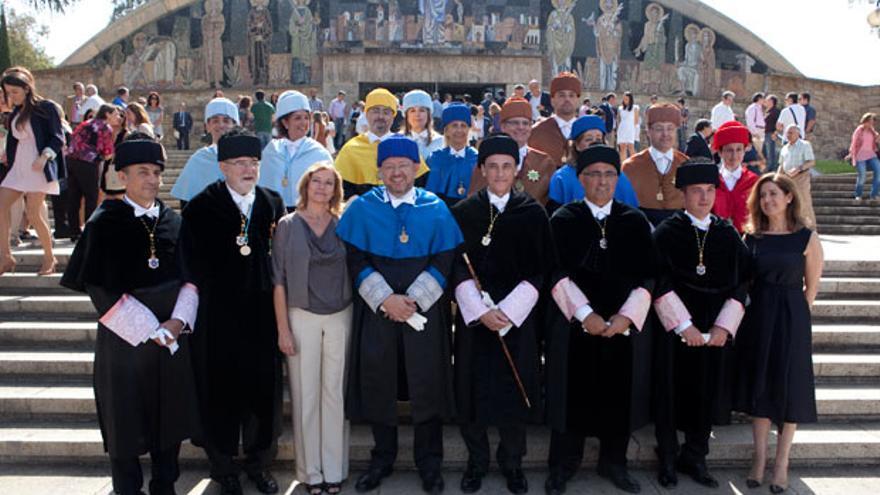 Foto de familia de la investidora de Villamandos como rector. | MADERO CUBERO