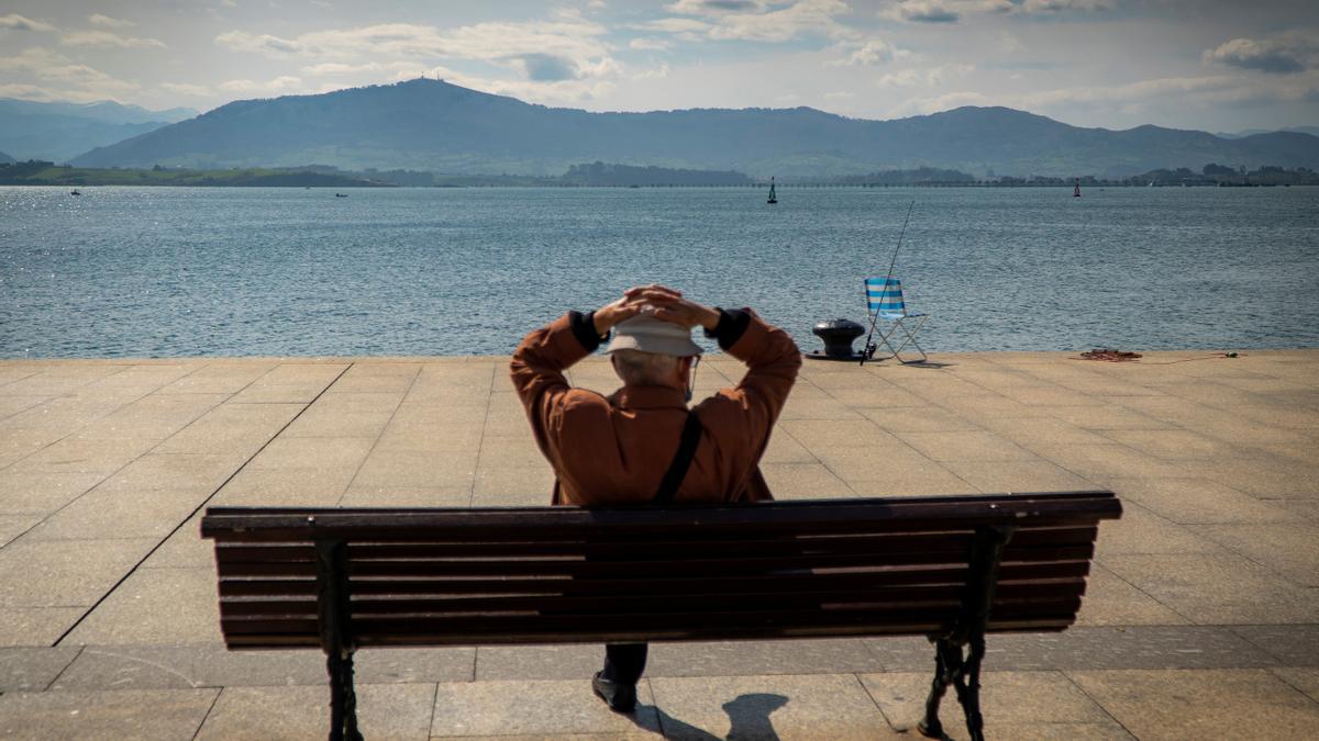 Un hombre disfruta del sol y de las agradables temperaturas registradas en Santander.