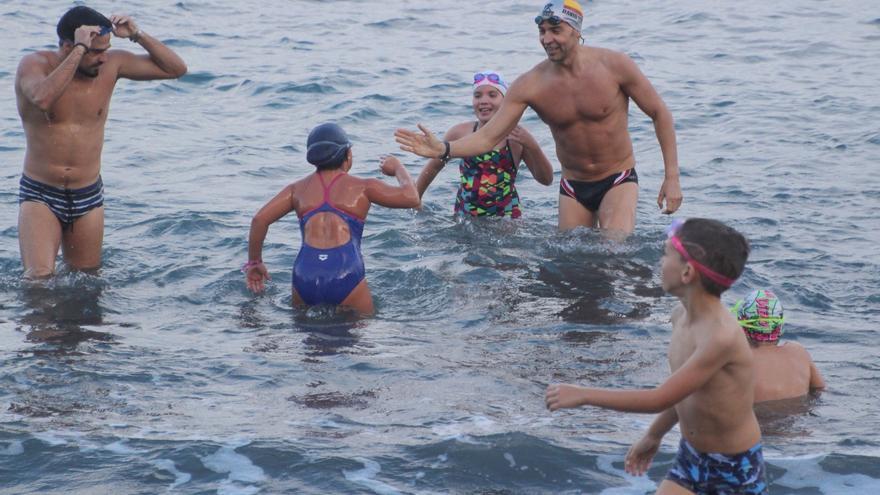 David Meca con los niños en la playa de Bajamar. Foto: JOSÉ AYUT.