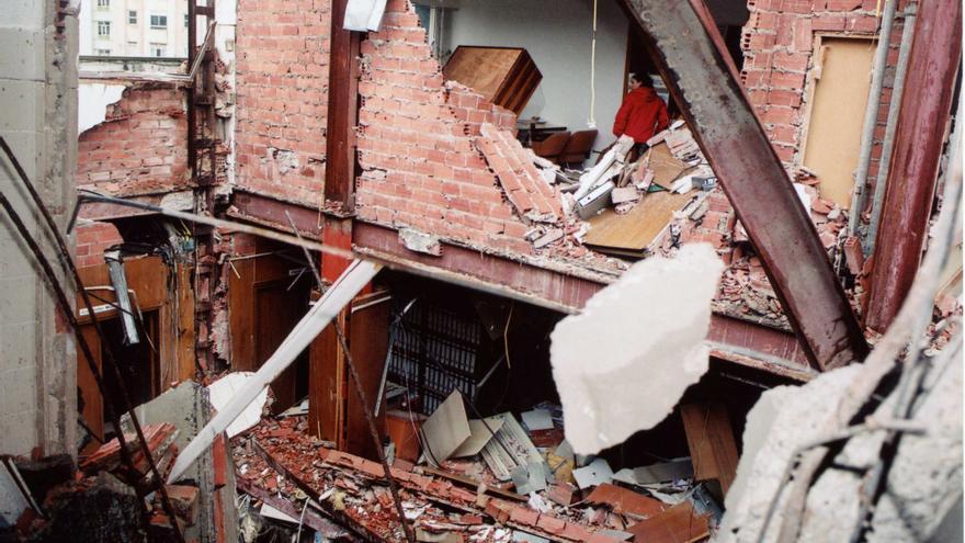 Derrumbe de la fachada del edificio de Traumatología del Hospital de Valdecilla de Santander. | JOAQUÍN GÓMEZ SASTRE