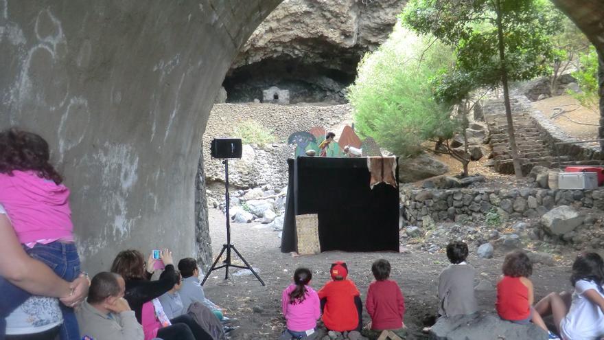 En la imagen, representación de títeres en el yacimiento de Belmaco.