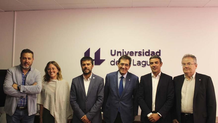 Foto de familia tras la firma del convenio, con el consejero Quintero y el rector Martinón
