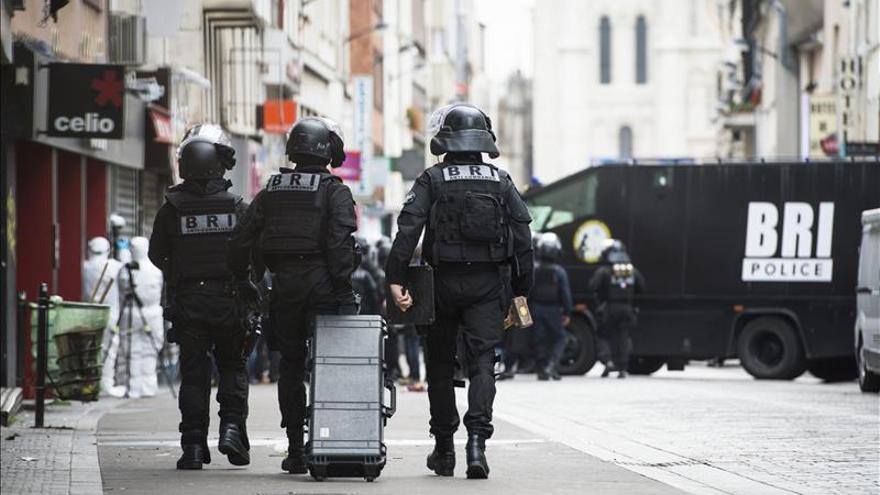 Varios terroristas de París figuraban en una lista de sospechosos, según la RTL