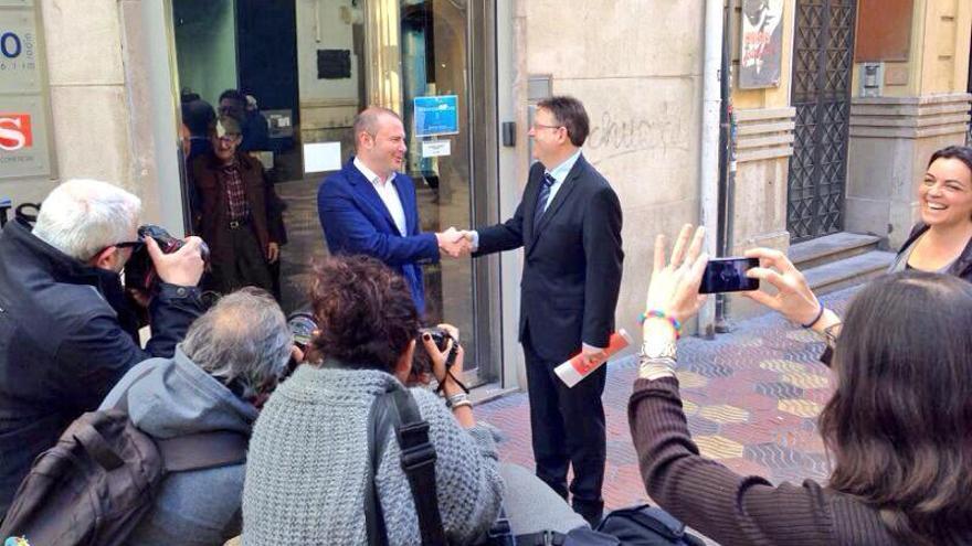 Gaspar y Puig se saludan antes de empezar el debate organizado por la Cadena Ser y El País