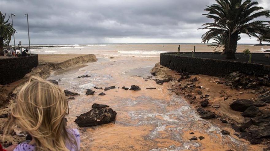 Efectos de las lluvias caídas en Costa Teguise durante la noche