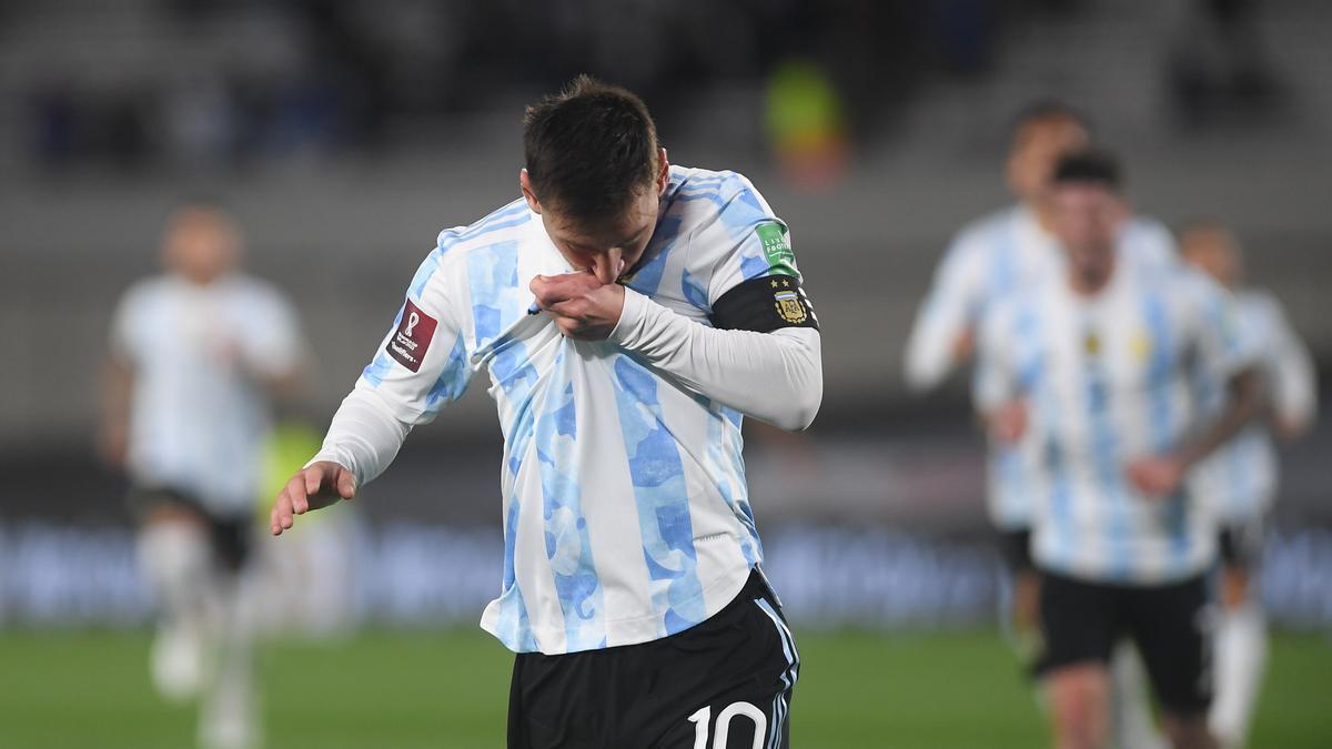 Messi se besa la camiseta en el lugar que tiene el parche conmemorativo de la Copa América  ganada en Brasil.