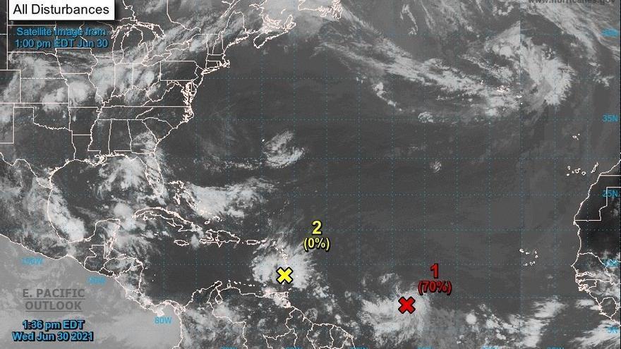 Meteorólogos vigilan dos ondas tropicales que pueden afectar las labores de rescate en Florida