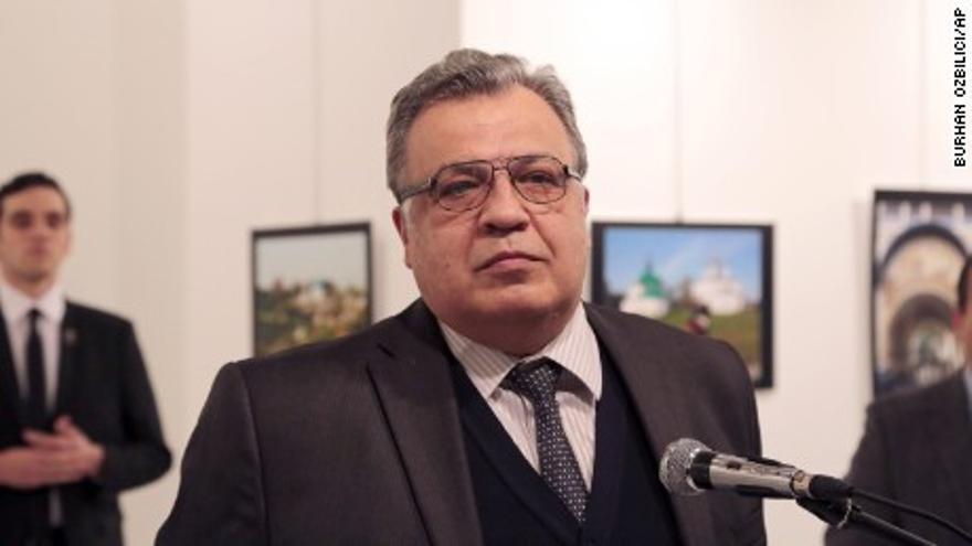 El embajador ruso en Turquía, segundos antes de su atentado. El autor del tiroteo aparece al fondo y a la izquierda de la imagen. (Associated Press)
