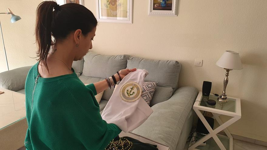 Gemma guarda en su casa la ropa de La Esperanza de Triana, esperando usarla en 2021.
