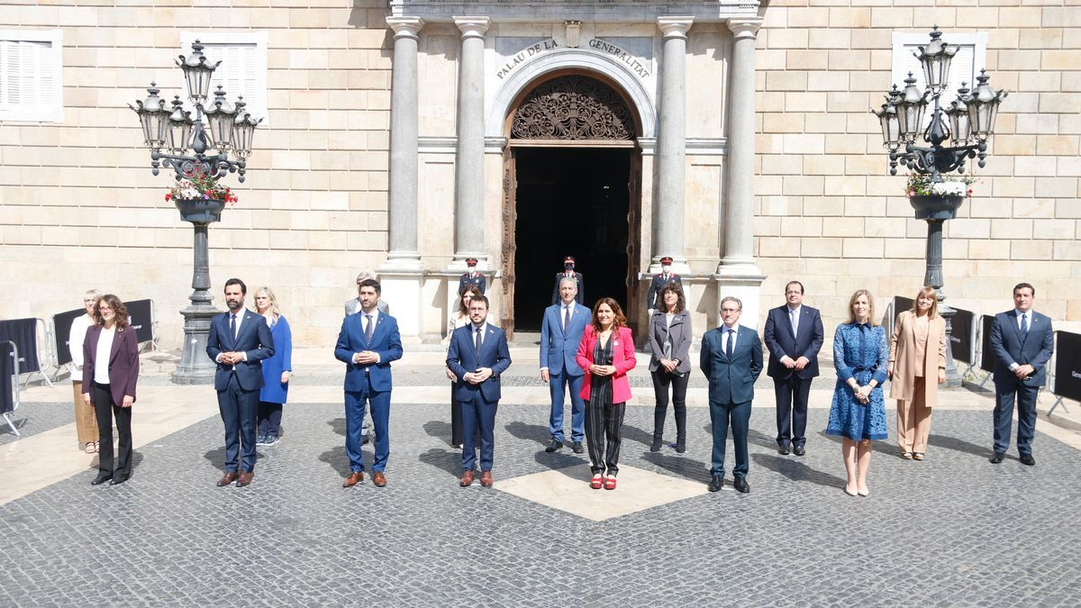 El nuevo Govern presidido por Pere Aragonès, fotografiado en la plaça Sant Jaume