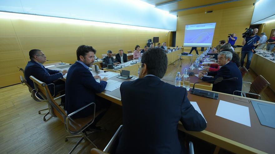 Reunión del Cabildo con la ULL, Sanidad y CEOE para abordar la problemática de la TF-5