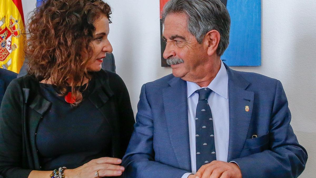 Foto de archivo de Miguel Ángel Revilla y María Jesús Montero