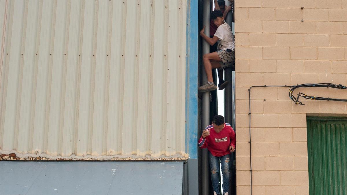 Tres migrantes se escapan de la nave industrial donde permanecen gran parte de los menores migrantes llegados a Ceuta.