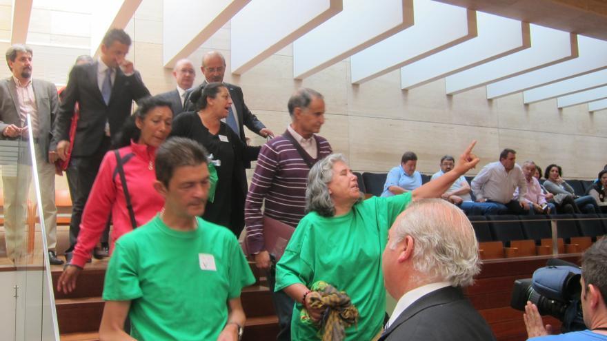 Desalojadas del Parlamento extremeño varias personas en favor de la Renta Básica tras arrojar monedas al hemiciclo