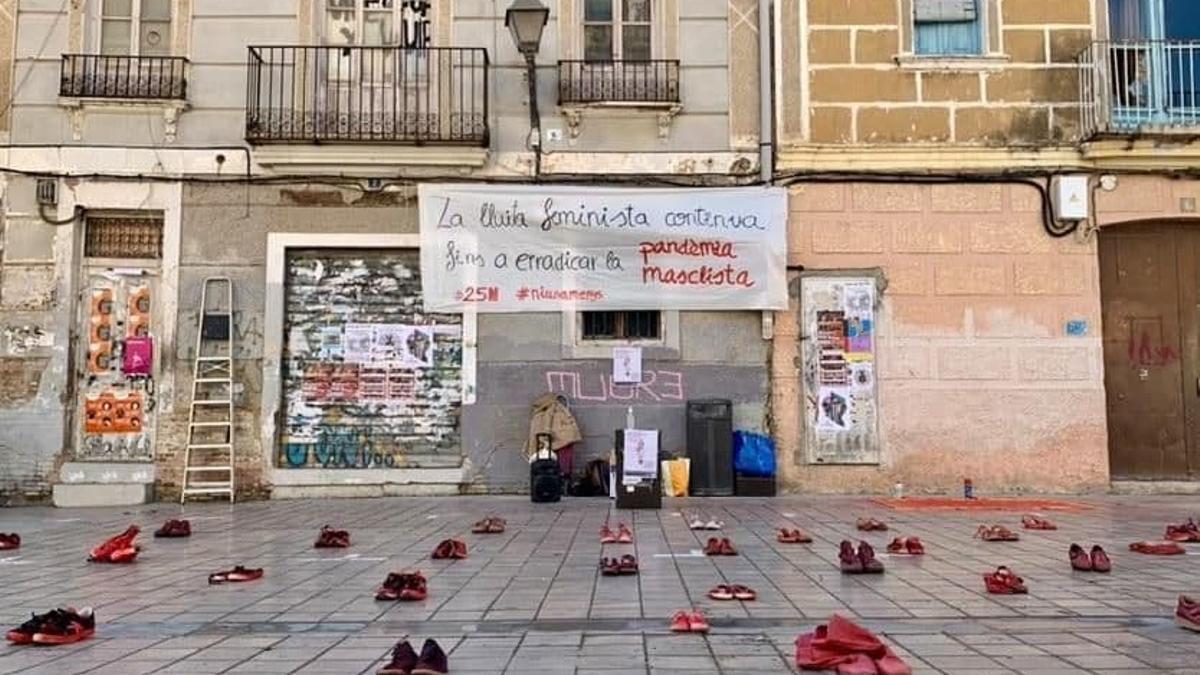 Los zapatos rojos recuerdan a las víctimas mortales de violencia machista en Benimaclet (València)