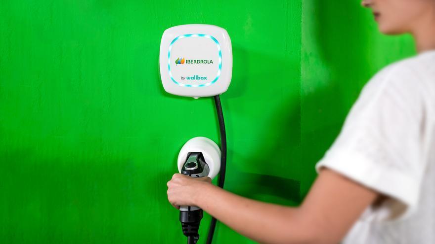 Poste de recarga para un coche eléctrico.