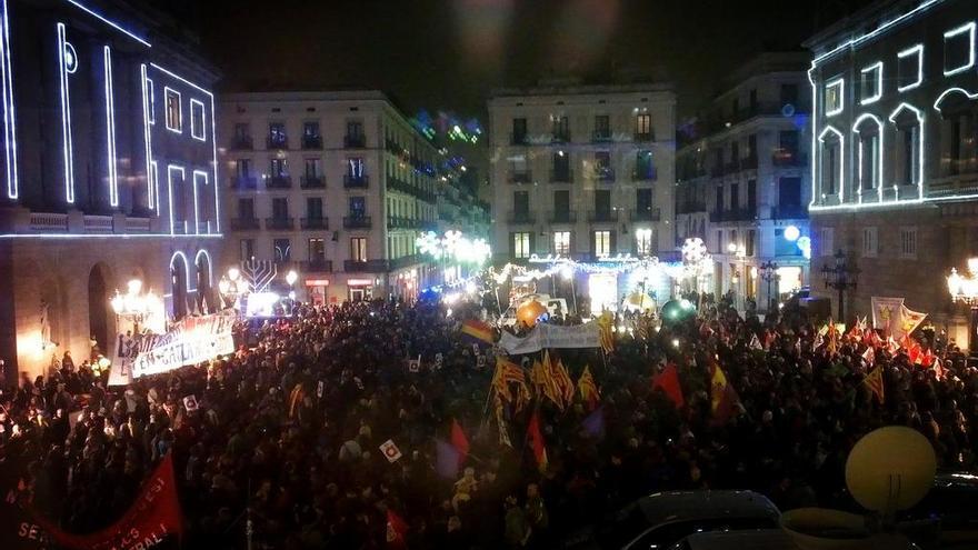 Imatge de la plaça Sant Jaume plena de gom a gom (cc @DocentsPrec)