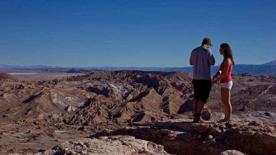 Una pareja de viajeros en el Valle de la Muerte, en el Desierto de Atacama. VA