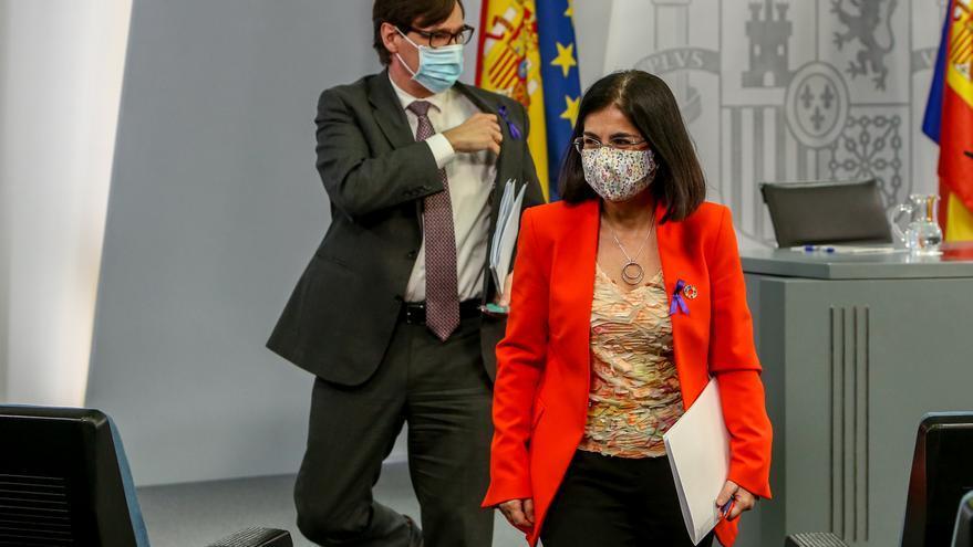(I-D) El hasta ahora ministro de Sanidad, Salvador Illa, y la hasta ahora ministra de Política Territorial y Función Pública, Carolina Darias