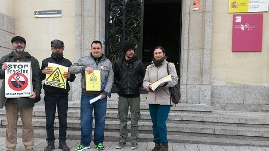 Entrega firmas en contra del fracking en Albacete y Murcia