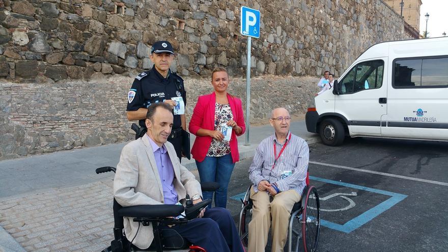 La concejala Maite Puig con miembros de Aspaym / Foto: Ayuntamiento