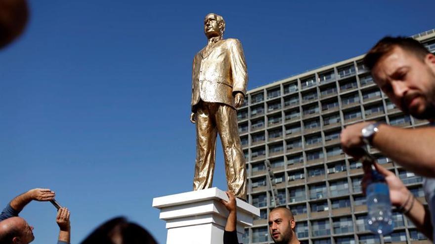 Artista coloca sin permiso gigantesca estatua dorada de Netanyahu en Tel Aviv