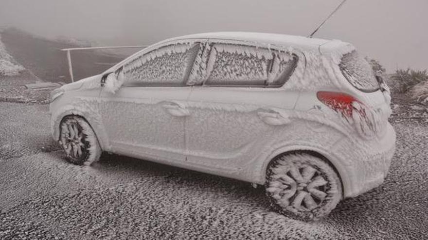 En la imagen, un coche  'congelado' en la residencia del IAC en El Roque tomada en la mañana de este jueves. Foto: DAVID MONTES @DMontesG