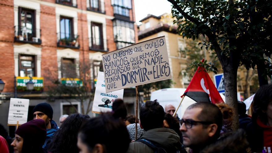 """Los trabajadores del Samur Social de Madrid protestan ante la sede del organismo en la capital con pancartas que versan """"no queremos que quitéis bancos, queremos recursos para que nadie tenga que dormir en ellos"""", este lunes"""