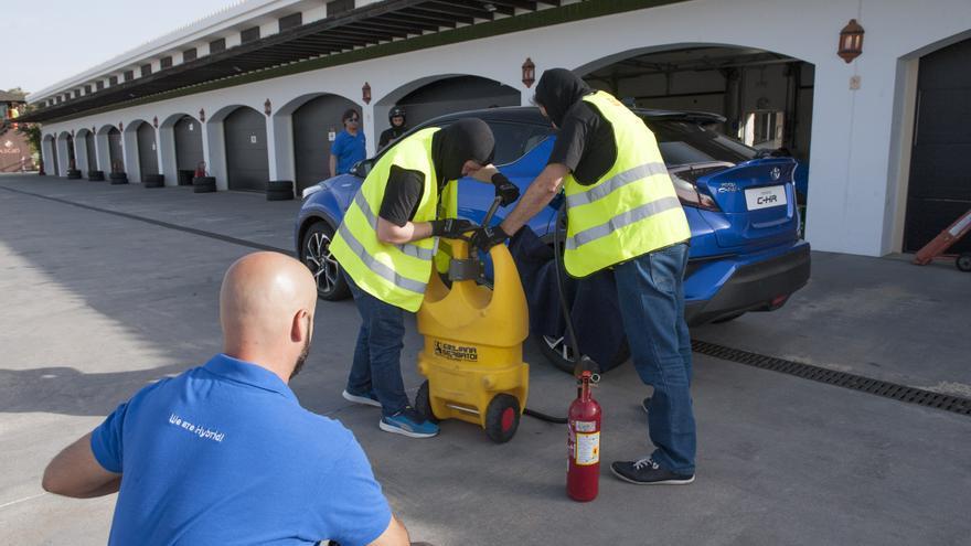 Uno de los equipos participantes en las 24 Horas Híbridas de Toyota, repostando combustible.