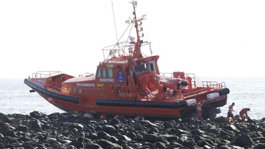 Encalla en Arrecife una embarcación de Salvamento Marítimo tras rescatar a 40 migrantes