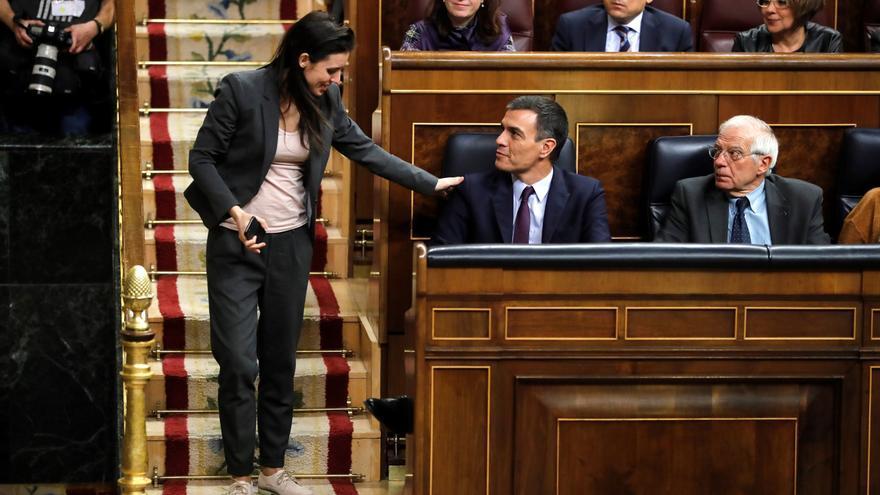 Irene Montero saluda a Pedro Sánchez durante el debate de los Presupuestos Generales de 2019.