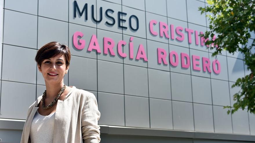 Isabel Rodríguez, delante del Museo Cristina García Rodero, junto al Ayuntamiento de Puertollano