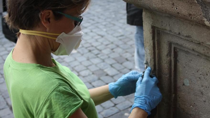 Un momento de la intervención de conservación y mantenimiento llevada a cabo recientemente en las basas de las columnas de la fachada principal de las Casas Consistoriales.