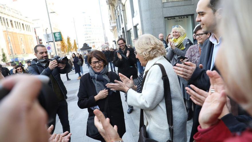 El Gobierno municipal aplaude a Inés Sabanés a su llegada a Gran Vía.