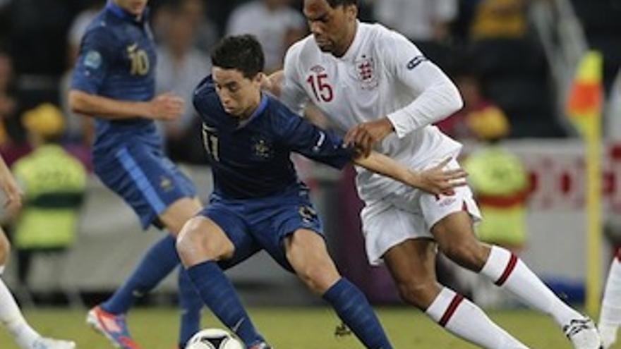 Los goleadores del choque, Lescott y Nasri, en un lance del partido. (Europa Press)