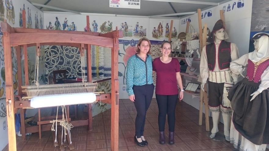 Alicia Vanoostende (i) y Susana Machín en la feria.