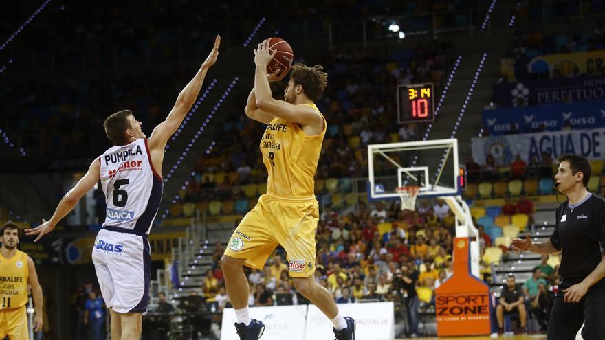 Brad Newley ante Pavel Pumprla. ACB Photo/M. Henríquez