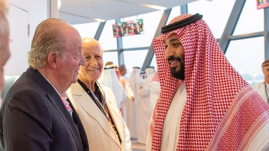 Juan Carlos I saluda al Príncipe  saudí Ben Salman