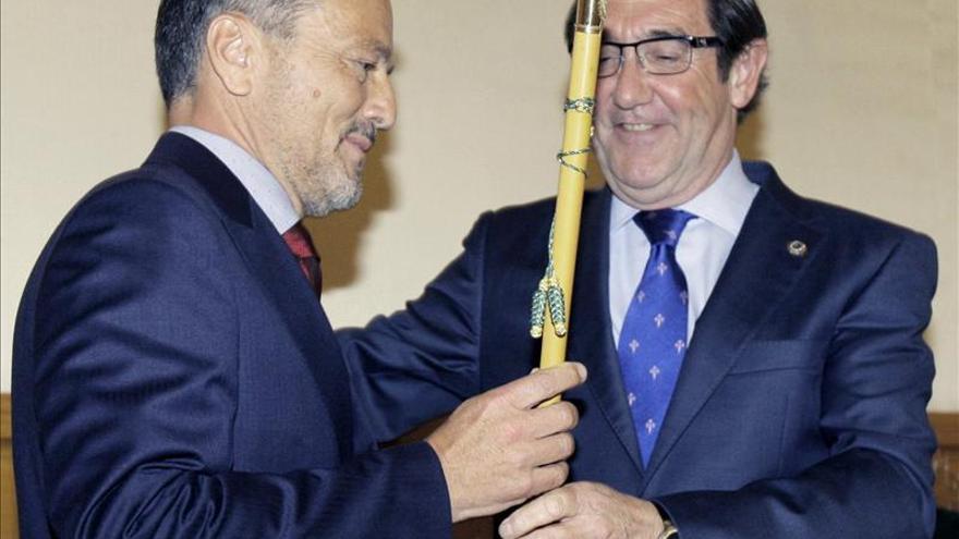 Hernández recoge el bastón de mando de manos de Currás