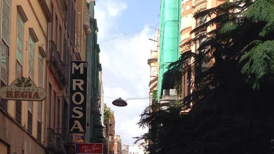 Calle del Castillo repleta de transeuntes.