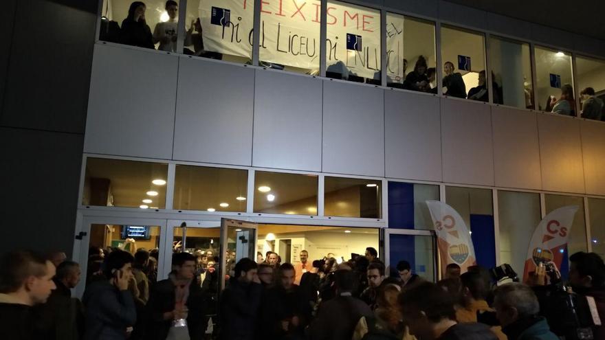 Protesta contra Valls en el conservatorio del Liceu