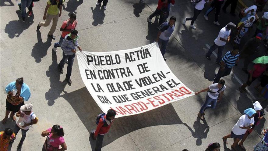 Estudiantes protestan en el aeropuerto de Morelia por 43 desaparecidos