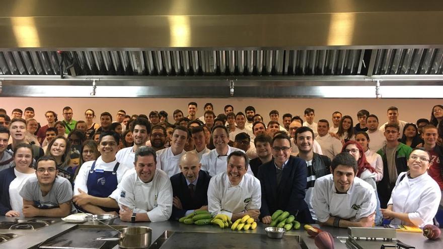 Los chefs Sergio y Javier Torres han impartido este lunes una Clase Magistral a más de 200 alumnos de la Escuela de Hostelería de Madrid con el objetivo de enseñar a los estudiantes las posibilidades que el plátano cultivado en las islas puede ofrecer dentro de la cocina profesional.