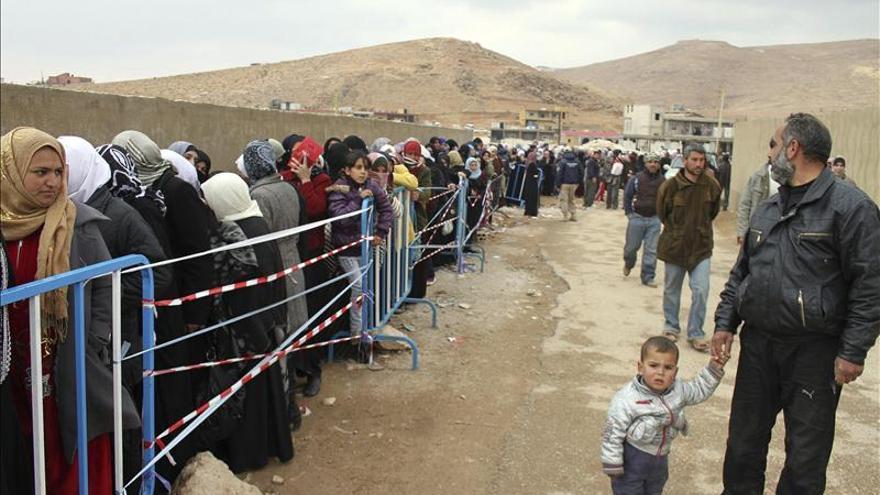 Decenas de refugiados sirios hacen cola para proceder a su registro tras su llegada a la localidad de Arsal (noreste del Líbano).