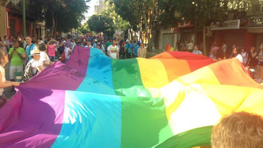 La bandera gay, recorriendo las calles de Sevilla.