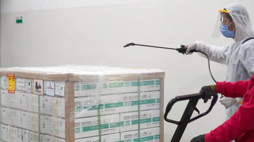 Con el fantasma de Pfizer, el Gobierno apura el acuerdo con China por otras tres millones de dosis