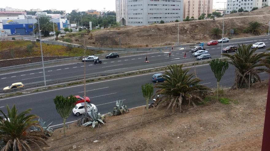 Herida una mujer al caer desde un coche en marcha en la circunvalación de Las Palmas de Gran Canaria
